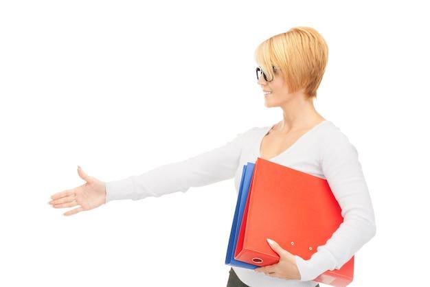 Photo de femme d'affaires avec des dossiers prêts pour la poignée de main