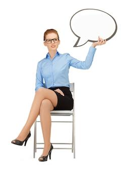 Photo d'une femme d'affaires pensive avec une bulle de texte vierge dans les spécifications