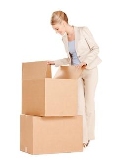 Photo d'une femme d'affaires séduisante avec de grandes boîtes