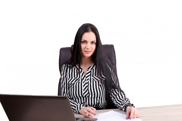 Photo de femme d'affaires souriant avec ordinateur de bureau
