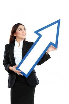Photo de femme d'affaires souriant avec signe de flèche de direction