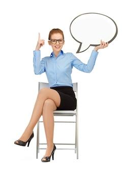 Photo d'une femme d'affaires souriante avec une bulle de texte vierge dans les spécifications