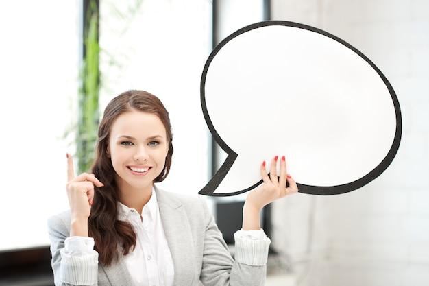 Photo d'une femme d'affaires souriante avec une bulle de texte vierge