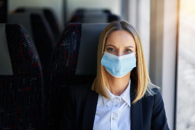 Photo d'une femme de banlieue en masque dans les transports publics.