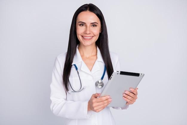 Photo de femme doc professionnelle en blouse blanche tenir la tablette