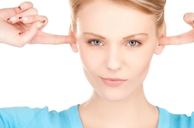 Photo de femme avec des doigts dans les oreilles