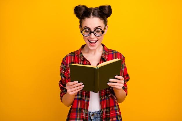 Photo de femme drôle tenir le livre lire la bouche ouverte