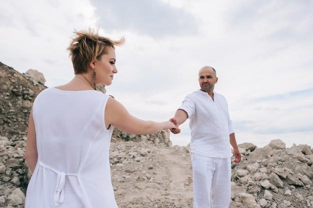 Photo de femme enceinte et homme dans une carrière de pierre