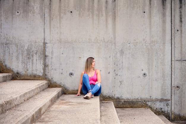 Photo d'une femme espagnole assise dans les escaliers