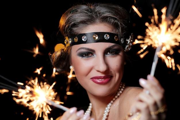 Photo de femme glamour mains de feux d'artifice