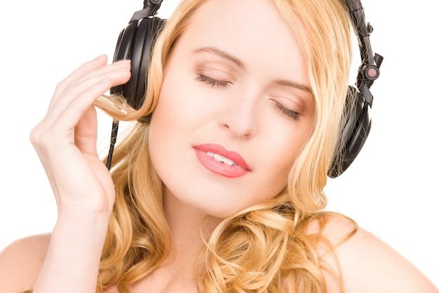 Photo de femme heureuse dans les écouteurs over white