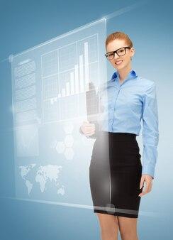 Photo d'une femme heureuse avec des écrans virtuels dans les spécifications