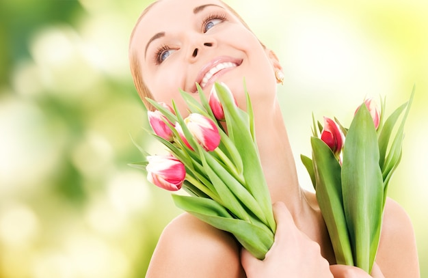 Photo de femme heureuse avec des fleurs