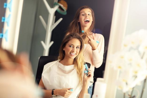 Photo de femme heureuse en studio de coiffure
