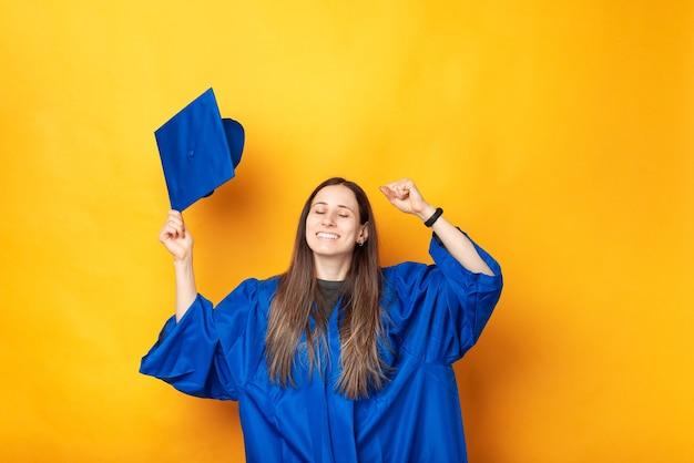 Photo de femme joyeuse célébrant le succès et l'obtention de son diplôme