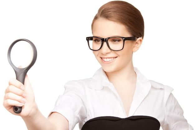 Photo de femme avec loupe sur blanc
