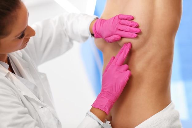 Photo de femme médecin examinant le sein