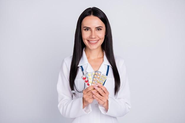 Photo de femme médecin professionnel proposant des pilules porter une blouse blanche stéthoscope