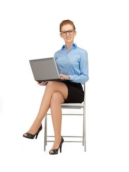 Photo de femme avec un ordinateur portable dans les spécifications