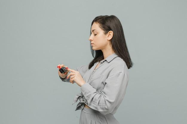 Photo femme avec oxymètre de pouls sur son doigt, vérifie sa santé