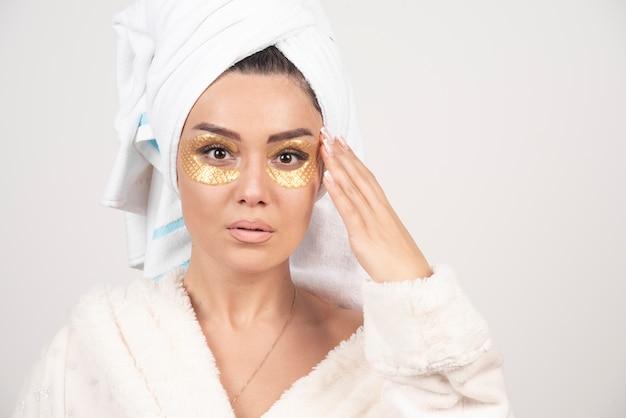 Photo d'une femme avec des pansements oculaires en hydrogel.