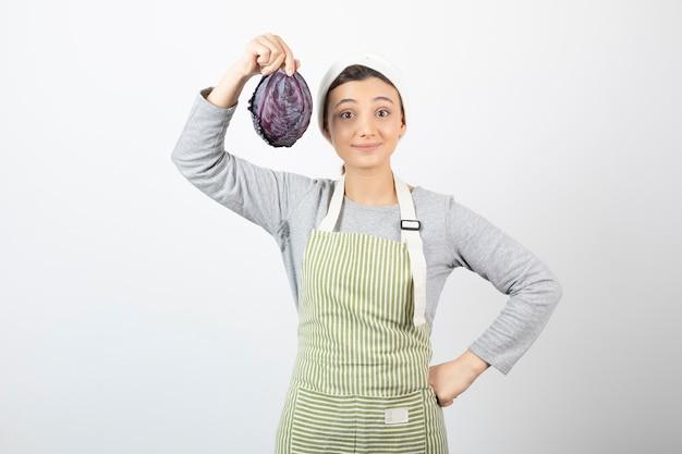 Photo de femme positive montrant le chou violet sur blanc