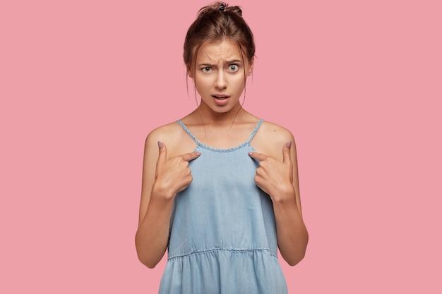 Une photo d'une femme de race blanche indignée se montre du doigt, demande pourquoi elle devrait faire cela, a agacé l'expression du visage