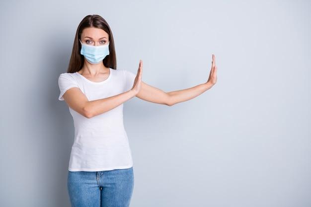 Photo d'une femme sérieuse gardez la distance sociale évitez les gens interdisent le geste