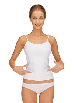 Photo de femme en sous-vêtements en coton montrant un concept minceur
