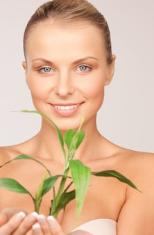 Photo de femme avec sprout sur gray