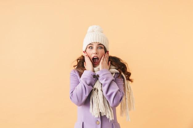 Photo d'une femme surprise de 20 ans en vêtements d'hiver en hurlant, debout isolé