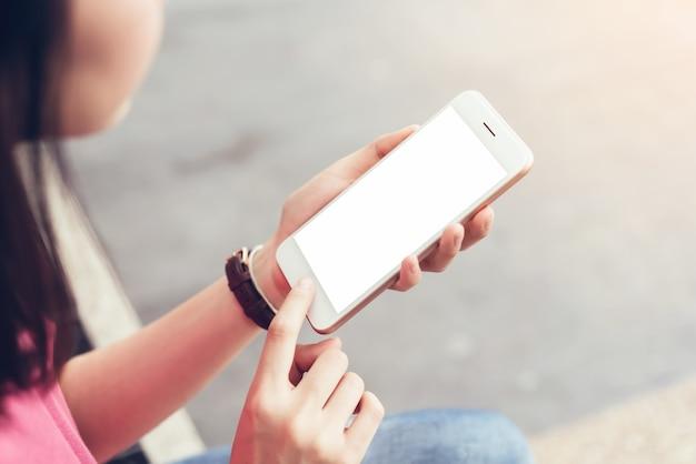 Photo d'une femme tenant un écran vide