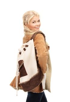 Photo de femme en veste en peau de mouton avec sac à dos