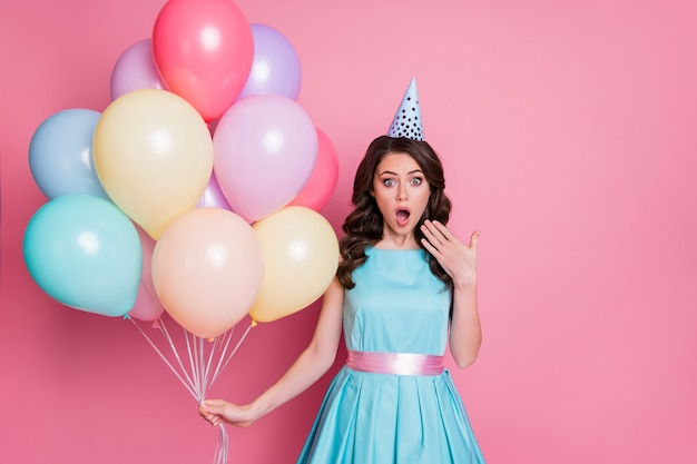 Photo de la fête de l'événement de célébration de la dame assez drôle de nombreux ballons à air anniversaire émotions ravies