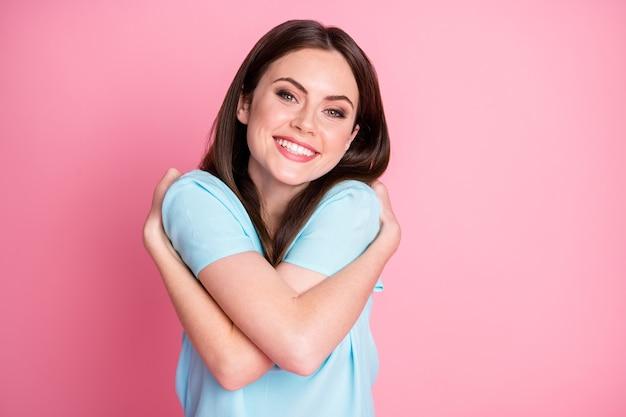 Photo d'une fille candide positive s'embrasser concept d'amour de soi isolé sur fond de couleur pastel