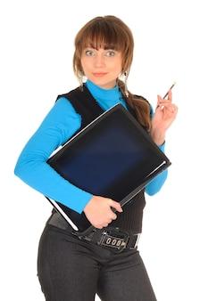 Photo de fille étudiante coquine aux cheveux bruns en costume noir avec ordinateur personnel posant, isolé sur blanc