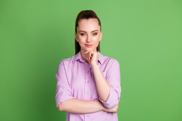 Photo d'une fille intelligente intelligente qui touche le menton de la main ont un plan de travail incroyable porter des vêtements de bonne apparence isolés sur fond de couleur verte