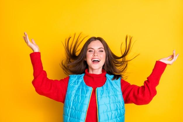 Photo d'une fille joyeuse et funky se tenir la main profiter de la saison d'automne vent d'air porter des vêtements d'hiver isolés sur fond de couleur vive