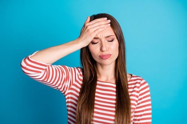 Photo d'une fille malade malade toucher les mains le front souffrent de symptômes d'infection covid porter un pull à la mode élégant isolé sur fond de couleur bleu