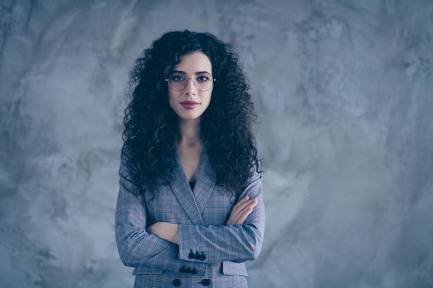 Photo de fille de marketing avec les mains jointes isolé sur mur gris