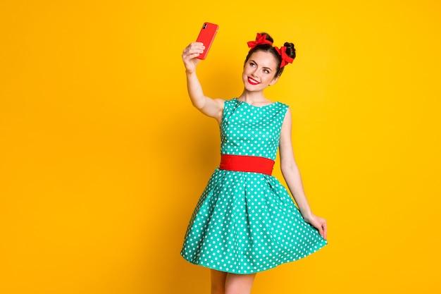 Photo de fille positive faire selfie smartphone toucher jupe verte isolée sur fond de couleur brillante