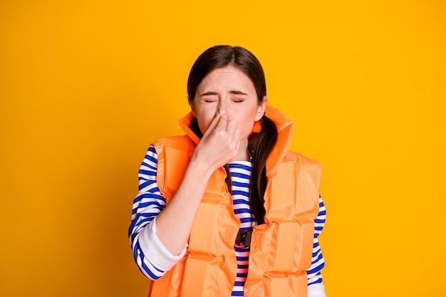 Photo d'une fille sauveteur qui veut sauver la vie touristique retenir son souffle doigt nez fermer les yeux prêt à plonger sous l'océan porter des queues de cheval blanches gilet de sauvetage isolé brillant fond de couleur