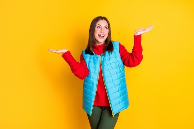 Photo d'une fille surprise ayant la saison à pied tenir la main des flocons de neige impressionnés tombant copyspace porter bonne tenue tenue isolée sur fond de couleur brillant brillant