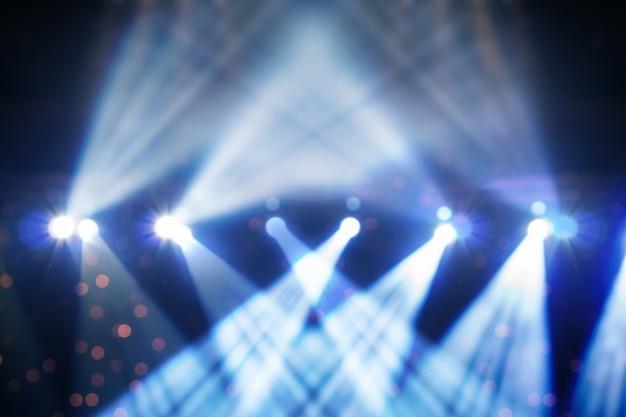 Photo floue abstraite du projecteur dans la salle de conférence