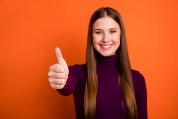 Photo floue d'une fille positive profitez d'une promotion publicitaire parfaite idéale afficher le symbole du pouce porter un cavalier violet isolé sur fond de couleur brillant brillant
