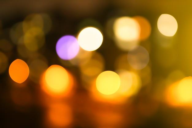 Photo floue des lumières de la ville de nuit. impression de fond abstrait en effet bokeh.