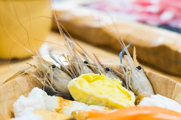 Photo de fruits de mer dans un bol en bois à l'intérieur du restaurant