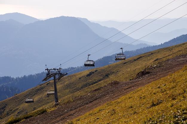 Photo de funiculaires parmi les collines de montagne