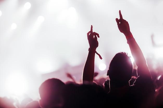 Photo de gens qui dansent au festival de musique