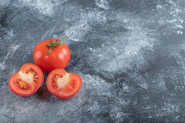 Photo grand angle de tomates fraîches rouges. photo de haute qualité